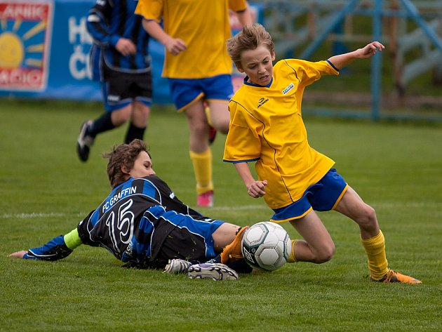 Benešovský kanonýr čtrnáctky Michal Rataj (ve žlutém) byl tentokrát zastaven vlašimským kapitánem Františkem Brýlem, přesto v derby vstřelil hattrick.