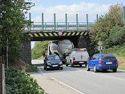 Další nákladní auto se nevešlo pod most přes silnici na Týnec nad Sázavou.