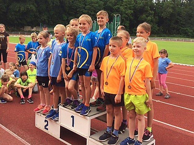 Tři nejlepší týmy štafetového běhu v mladší kategorii. Na nejvyšším stupni Atletika Benešov, druhá TJ Spartak Vlašim a třetí SKP Olympia Kutná Hora.