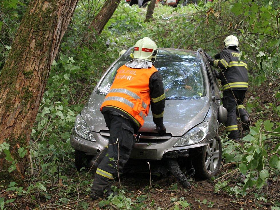 Řidič z dosud nezjištěných příčin sjel mimo vozovku.