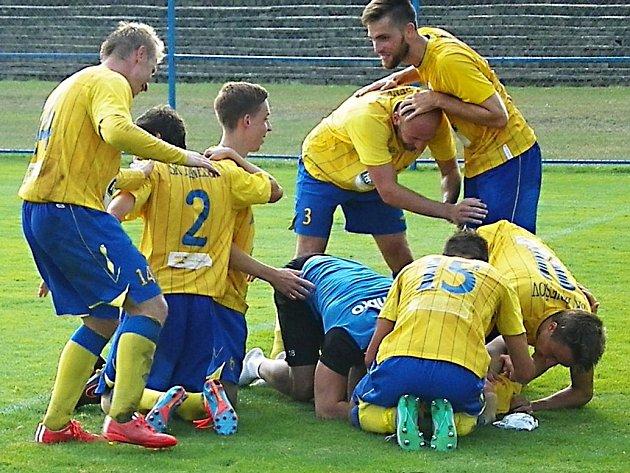 Radost fotbalistů Benešova po vstřelení třetího gólu do sítě Tachova.