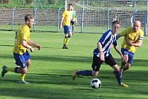 Pavel Čapek (vlevo) a Luboš Braný nahání domažlického Lukáše Roubala (u míče).