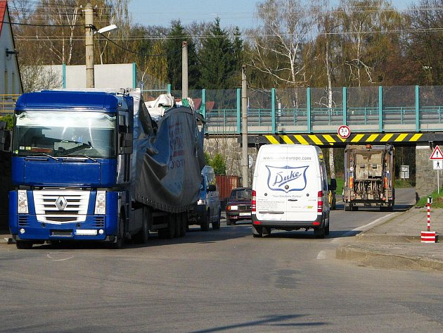 Do pasti podjezdů pod silnicí E55 se chytil další řidič kamionu. U Danone svou jízdu skončil kamion z kraje Vysočina.