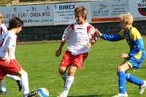V zápase starších žáků dotíral votický Boukal (vpravo) na čerčanské Šmída (u míče) a kapitána Bučka.