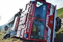 Řidič hasičské Tatry sa zapnutými majáky, aby zabránil čelní srážce s osobním autem, vyjel na krajnici, které se pod mnohatunovým vozidlem utrhla.