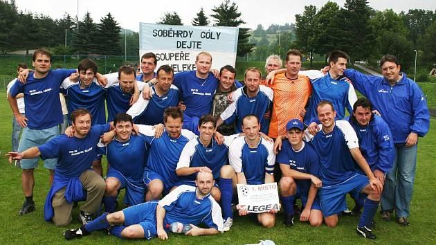 Největší důvod k radosti měli po finálovém boji fotbalisté FK Soběhrdy, kteří porazili v posledním a nejdůležitějším zápase Jestřábí Lhotu 2:1 a vybojovali si s velkou podporou svých fanoušků sadu dresů a deset sudů piva Gambrinus