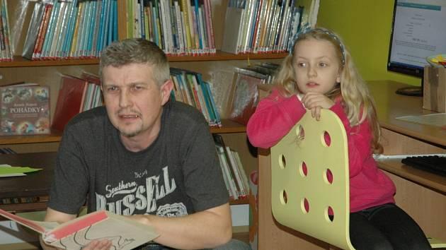 V benešovské městské knihovně pořádají soutěž pro otce a jejich děti.