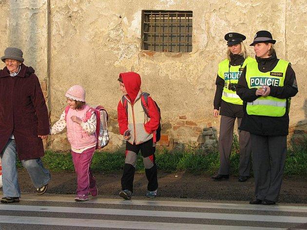 Policejní dohled u přechodu na silnici  I/3 v Olbramovicích.