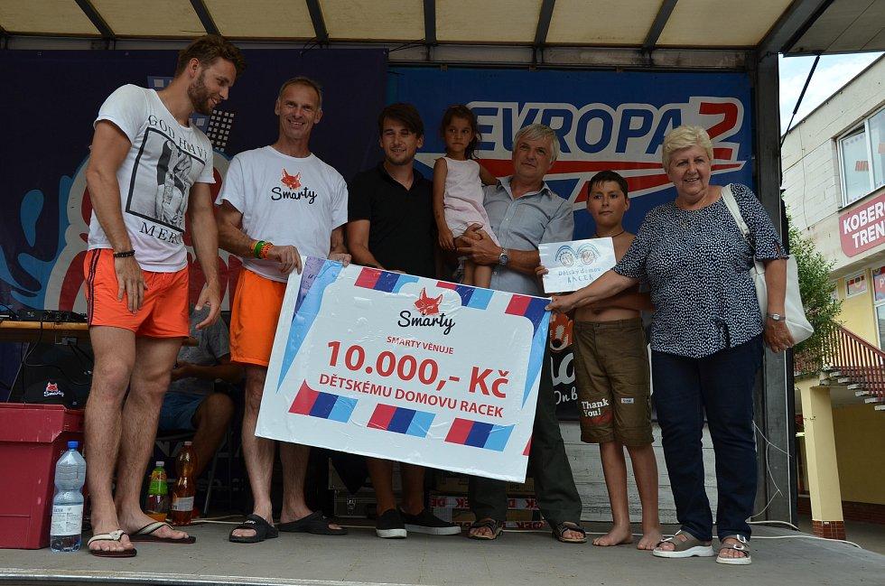 Dominik Hašek přijel do Vlašimi, aby podpořil netradiční akci a předal šek dětskému domovu.