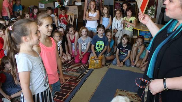 Děti předaly cvičitelce symbolický šek s příspěvkem na výcvik psů.
