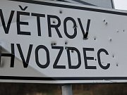 Dopravní značka odkazující na směr k Hvozdci u Poříčí nad Sázavou.