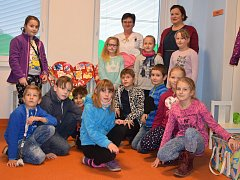 Školáci na návštěvě dětského oddělení nemocnice.