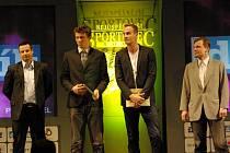 KOLEKTIVEM ROKU se na Benešovsku stali extraligoví nohejbalisté Šacungu – zleva kapitán František Kalas, Petr Chejn, Jiří Doubrava a předseda klubu Miloslav Ziegler.