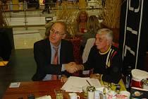 Josef Mužík (vpravo) při podpisu smlouvy.