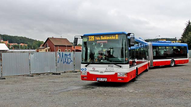 Stavba dopravního terminálu v Týnci nad Sázavou v pondělí 9. září 2019.