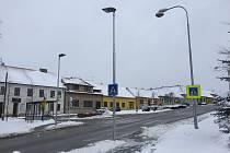 Přechod na čechtickém náměstí osvětlují nové lampy.