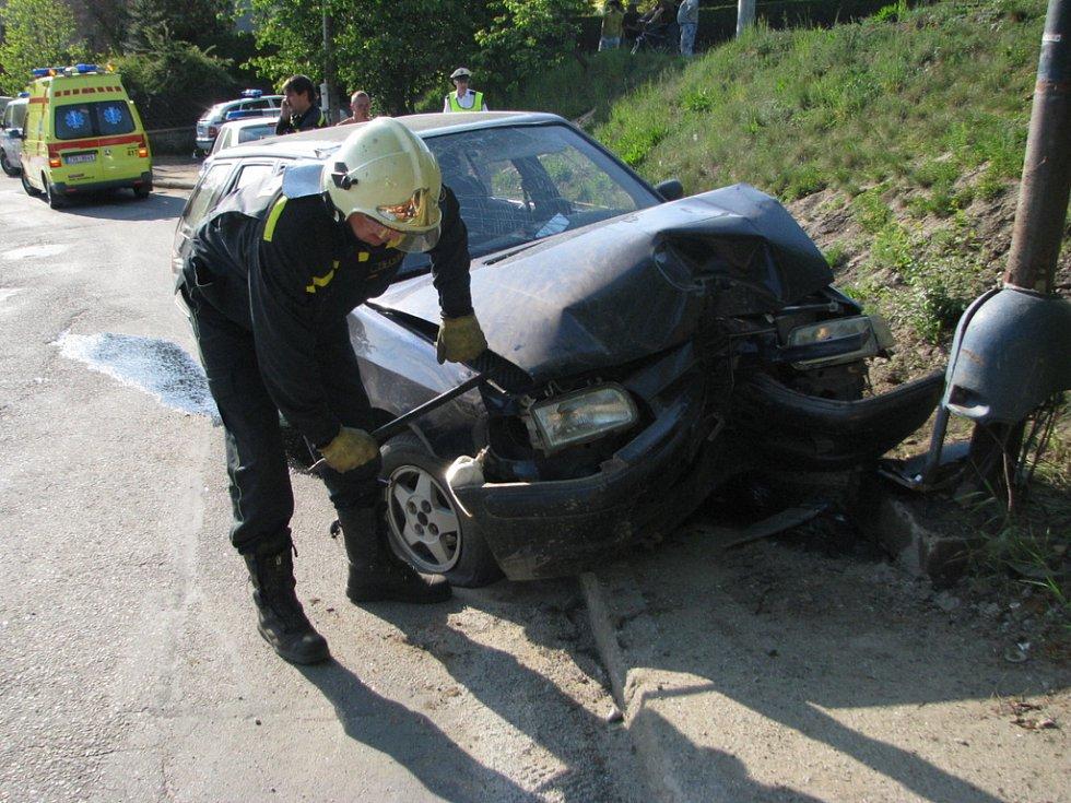Po nárazu auta do sloupu se obnažily dráty napájející veřejné osvětlení