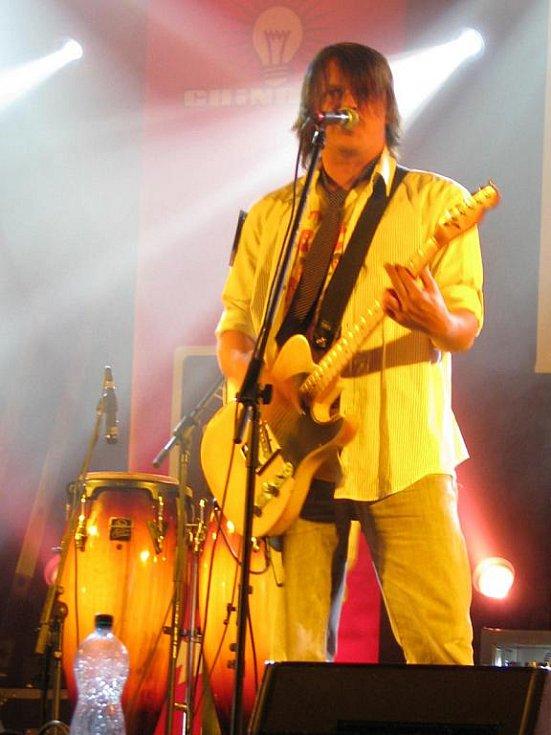 První koncert skupiny Chinaski z turné nazvaného Klubový speciál v Benešově. Zvuková zkouška kapely.