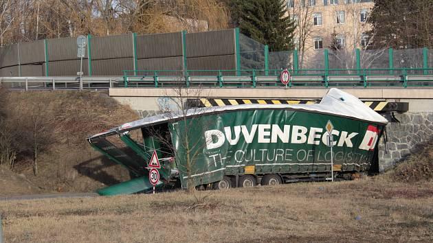 Accidente de camión en las afueras de Benešov el lunes 25 de febrero de 2019.