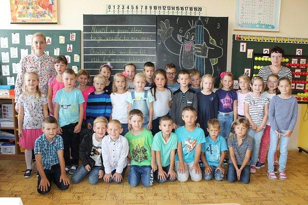 Základní škola Benešov, Dukelská 1818.Třída 1.A, třídní učitelka Dana Hanušová a studentka PeF UK Kateřina Czafíková.