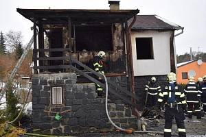 Požár chaty v rekreační oblasti obce Senohraby.