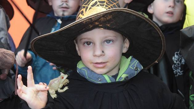 O čarodějnický průvod Benešovem se postaraly děti z MŠ Berušky.