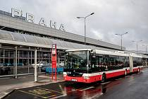 Autobus MHD před budou Letiště Václava Havla v Praze. Ilustrační foto.