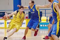 Benešovský Petr Kožant (u míče) se snaží prosadil přes holického Ondřeje Josku.