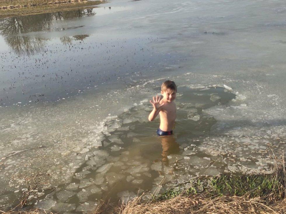 Ledové vody se nebála ani rodina Chmelových včetně ratolestí.