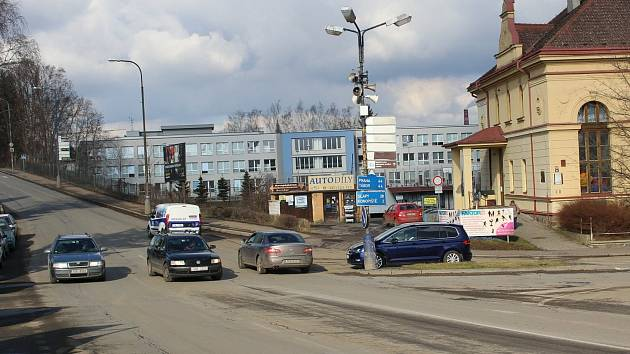Současná křižovatka ulic Tyršova a Nádražní v Benešově by se měla změnit na okružní.