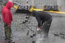 Práce na opravě parkoviště u České pošty v Benešově v úterý 12. listopadu 2019.