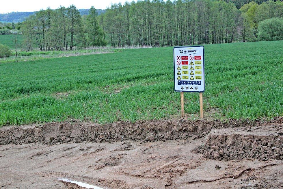 Staveniště přeložky silnice I/3 u Olbramovic.