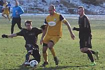 Zdeněk Pekárek (ve žlutém) se stal hrdinou zápasu s Polepy, když vsítil dva góly.
