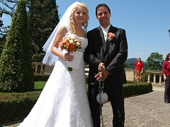 V romantickém prostředí zámku Konopiště si v sobotu 16. června řekli své společné ano Dominika Dvořáková a Miroslav Šostý z Benešova.