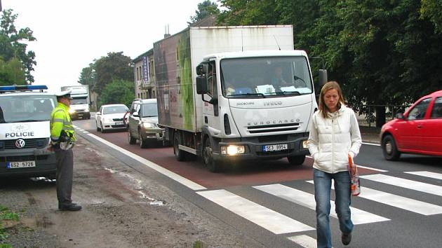 Dopravní policisté ve středu hlídkovali u přechodu pro chodce v Olbramovicích.