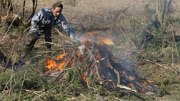 V extrémně suchém počasí může být pálení klestí nebezpečné. Ilustrační foto.