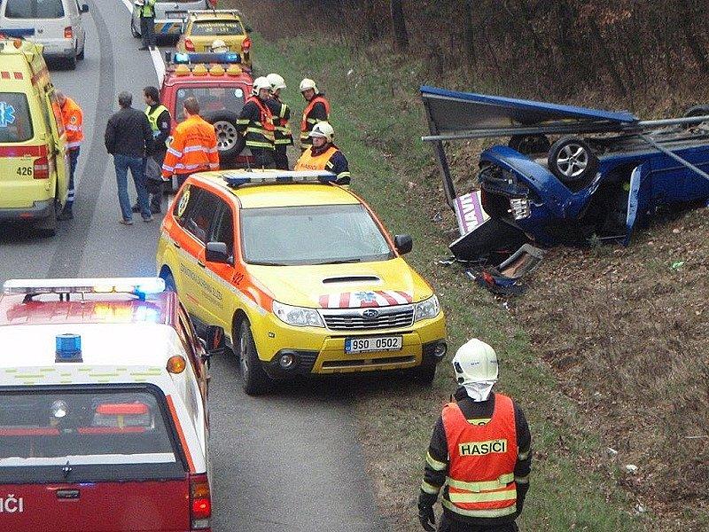 K nehodě tří osobních aut na silnici I/3 mezi odbočkou na Čtyřkoly a Senohraby před čerpací stanící došlo v úterý ráno před 8. hodinou.