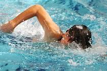 Koupající se v benešovském bazénu ohrožuje jeden z plavců.