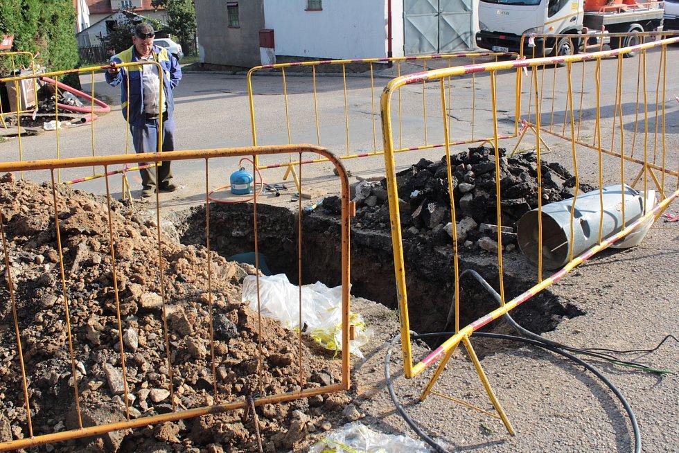 Oprava přívodních kabelů veřejného osvětlení v ulici Bohuslava Martinů.