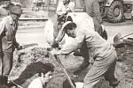 Při budování kanalizace v Úročnici v roce 1973 zapojili brigádníci i znalosti z fyziky a využili možností jednoduchého stroje, třeba páky.