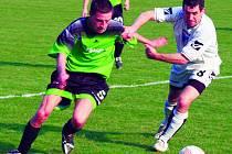 Na fotografii maršovický rychlík a střelec osmi gólů Dráb (v zeleném) v zápase s postupujícími Pyšely.