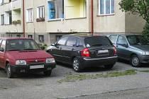 Chtějí po vedení města zřídit parkovací místa jen pro nájemníky, kteří v ulici bydlí
