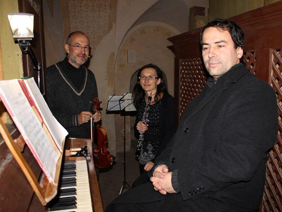 Při koncertu ve Vysokém Újezdu zahráli na varhany Jakub Janšta, na housle Jan Hádek a na hoboj Veronika Hádková.