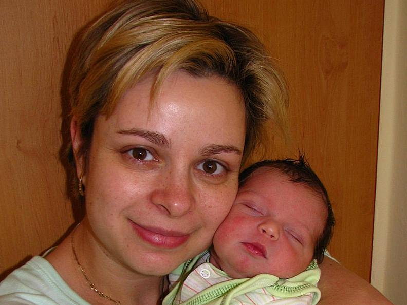 Adélka (3,35 kg, 49 cm) se narodila 1. března v půl páté odpoledne manželům Markétě a Janovi Janatovým. Doma v Kamenici – Ládví už jistě chystá postýlku bratříček Honzík.