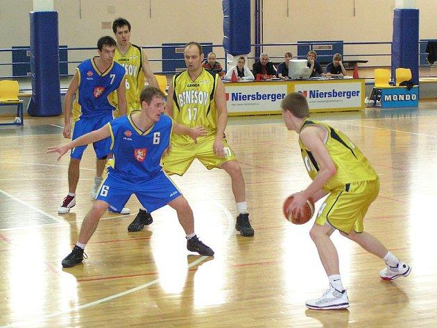 Basketbalový zápas 1. ligy Benešov - Hradec Králové 92:84.