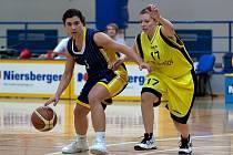 Pouze Zlín se podařilo benešovským basketbalistkám (na snímku se domácí Klára Mašková brání Janu Koutnou) porazit, což bylo málo, na to, dostat se do nejlepší čtyřky druhé ligy, skupiny B.