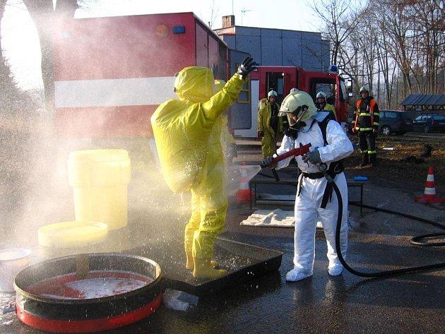Benešovští hasiči řešili u Pomněnic fiktivní unik radiace