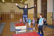 Příležitost vyzkoušet si, co obnáší trénink gymnastiky, dostali rodiče, prarodiče nebo sourozenci gymnastek z DDM Benešov.