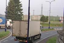 U čerpací stanice pohonných hmot  u křížení hlavní silnice I/3 Praha – Tábor s komunikací do Pomněnic  se jedná  o potencionální  zamoření  plochy od 100 do 2000 metrů čtverečních průsakem paliv a minerálních olejů.