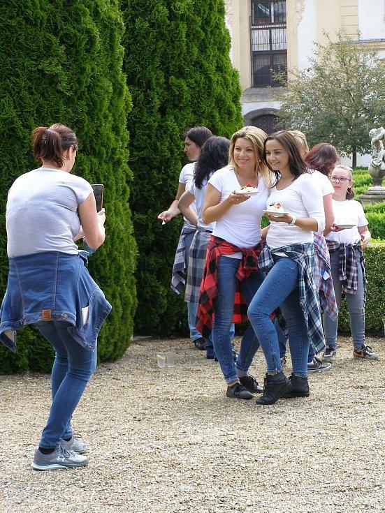 Ženy převážně z Ochotnického divadelního spolku z Postupic včetně juniorek tančily v zahradách Zámku Jemniště.